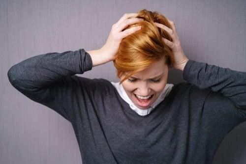 Frau ärgert sich und will sich beschweren