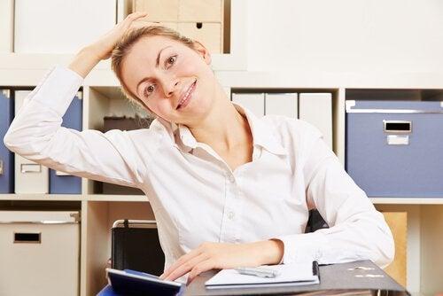 Diese Haltung ist eine der Übungen gegen Nackenschmerzen.