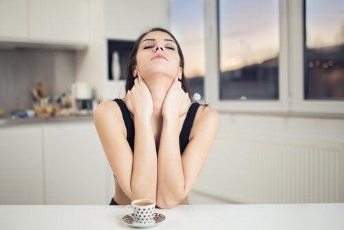 Neige den Kopf nach hinten, um Nackenschmerzen zu lindern.