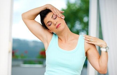 Eine der Übungen gegen Nackenschmerzen ist, den Kopf zu neigen.