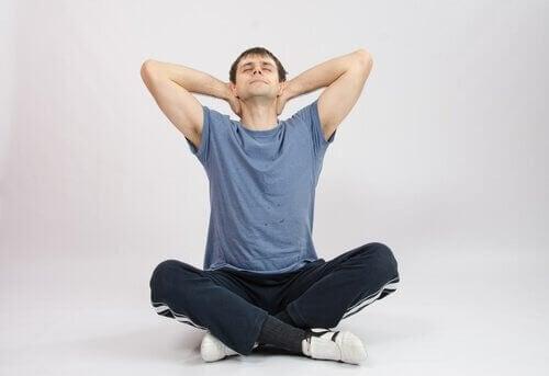 Im Schneidersitz kannst du einige Übungen gegen Nackenschmerzen durchführen.