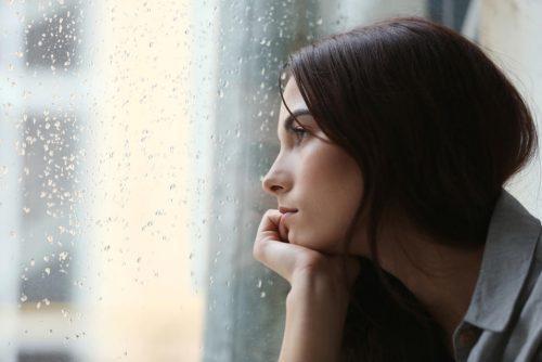 Frau denkt an Folgen von Einsamkeit