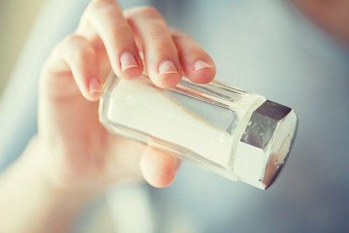 Haarausfall vermeiden, indem man den Salzkonsum reduziert