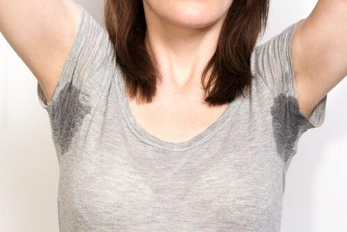 Frau will Schweißflecken aus Textilien entfernen