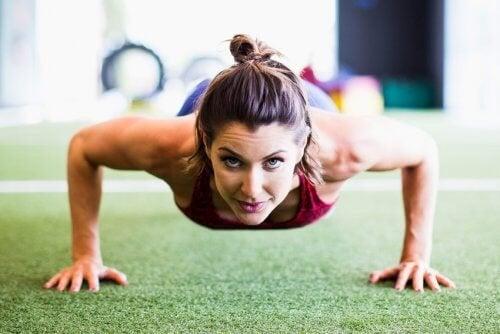 Frau will die Bauchmuskeln trainieren