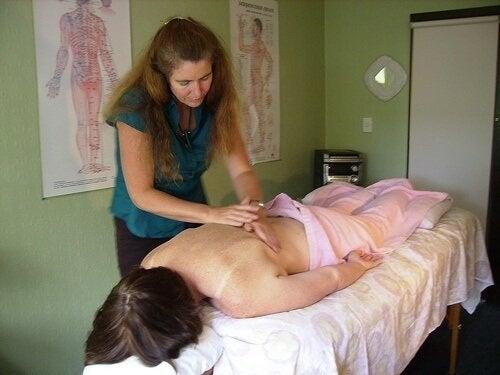 Behandlung von Skoliose durch Massage