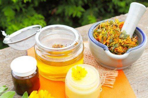 Bienenwachs und Arnika gegen schmerzende Muskeln