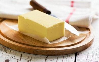 Butter ist eines der Lebensmittel, die du vor dem Schlafengehen nicht essen solltest