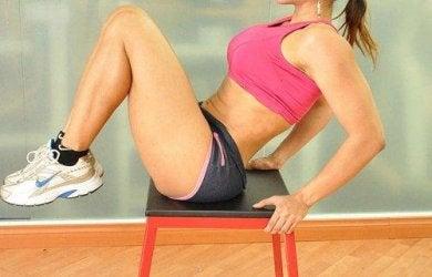 Fitnessübungen für die Beine im Sitzen