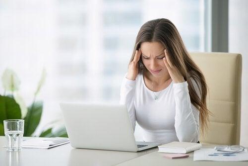 Frau hat Schmerzen in der Halswirbelsäule