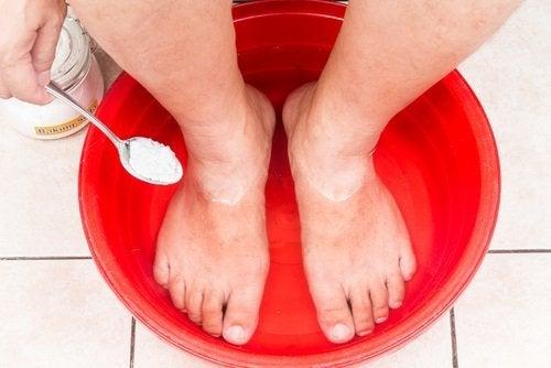 Mit Backpulver kannst du Fußpilz natürlich behandeln.