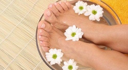 Mit Essig kannst du Fußpilz natürlich behandeln.