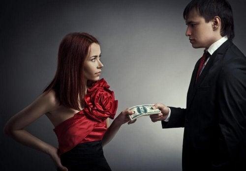 dieser Mann gibt der Frau Geld