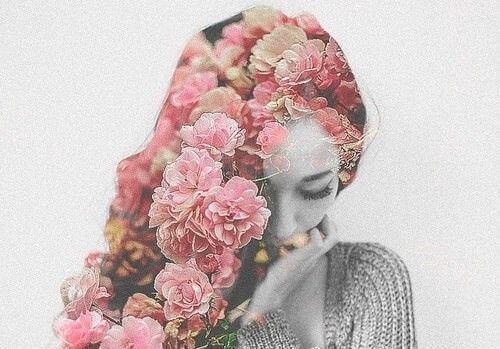 Frau mit Blumen hat Bienenkönigin Syndrom