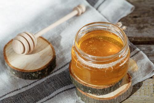Honig kann gegen Halsschmerzen helfen.