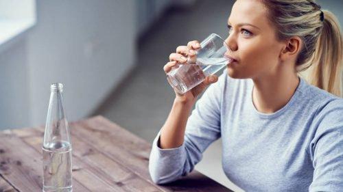 Trinke mehr Wasser, um Halsschmerzen vorzubeugen.