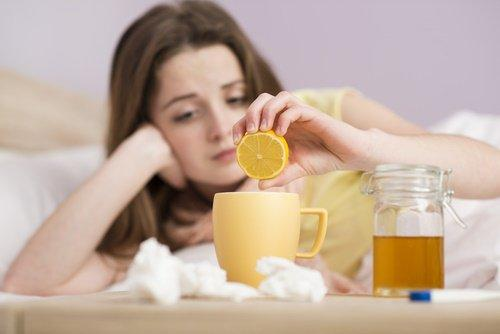 Zitronentee kann gegen Halsschmerzen helfen.