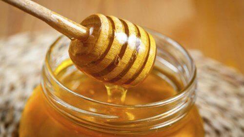 Honig ist ein Hausmittel gegen Halsschmerzen.