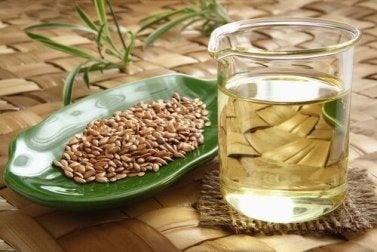 Trinke Leinsamen-Wasser, um von ihren Vorteilen zu profitieren.