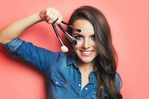 Frau mit Pinsel für attraktives Make-up