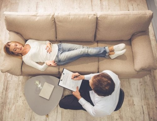 Frau auf Sofa hat seelisches Leid