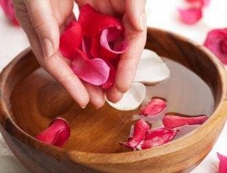 Rosenwasser gegen gerissene Fersen