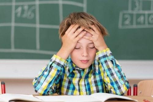 Symptome einer Hirnhautentzündung: Stechende Kopfschmerzen