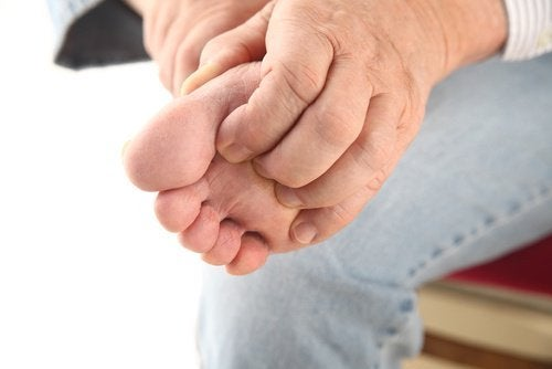 Erkenne die Symptome von Fußpilz und dem Athletenfuß.
