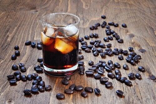 Vermeiden es Alkohol und Koffein zu trinken, um im Sommer die Hitze zu schlagen.
