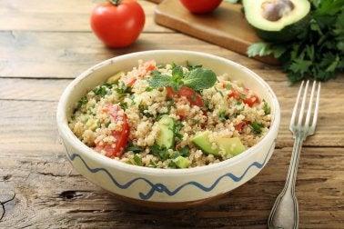Mit Quinoa und Guacamole beim Abendessen abnehmen