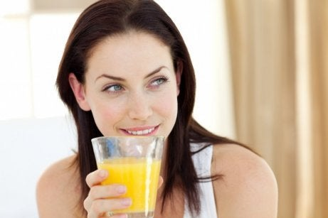 Frau trinkt Ananassaft