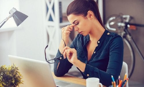 Frau mit Anzeichen für Diabetes: Müdigkeit