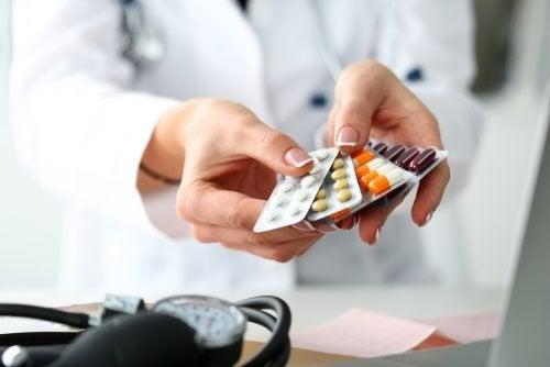 Arzt mit Medikamenten