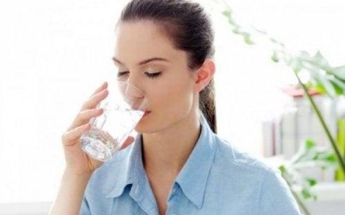 Symptome von Diabetes: Frau hat viel Durst