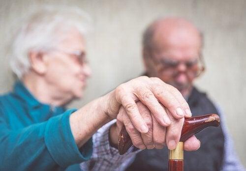älteres Paar, Mann hat Alzheimer im Frühstadium