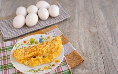 dieses Frühstück ist lecker: Eierpfannkuchen mit Ziegenkäse