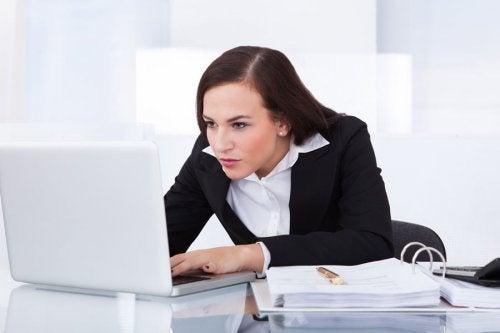 Frau am Computer leidet an Phlebitis