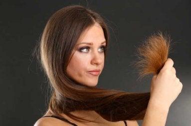 Frau braucht Haarmasken für seidiges Haar