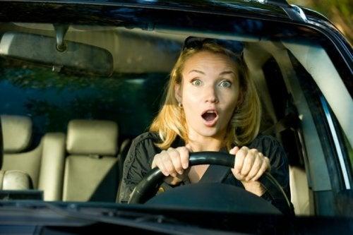Frau beim Autofahren hat Angst