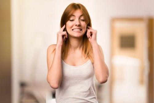 Frau hat Ohrensausen