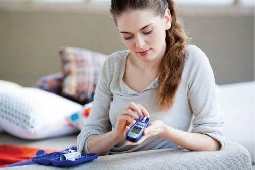 Frau hat Symptome von Diabetes