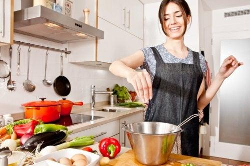 Frau ist dabei, leckeres Gemüse zu kochen