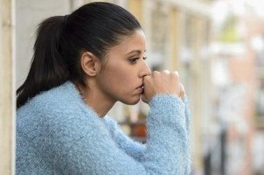Frau kämpft gegen Nervosität und Angst