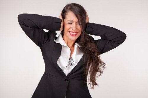 Frau leidet an Ohrensausen