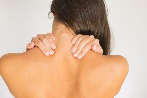 Frau mit Schmerzen in der Halswirbelsäule