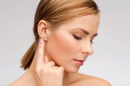 Frau mit Ohrensausen