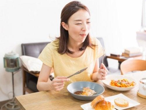 Frau macht intermittierendes Fasten Spaß