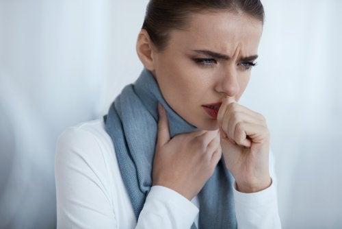 Knoten im Rachen machen sich durch Heiserkeit bemerkbar