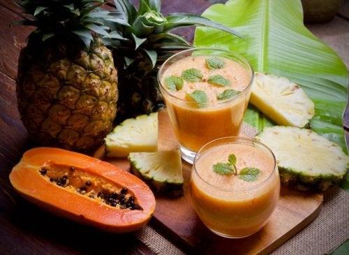 dieses Frühstück mit Shake mit Papaya und Ananasist lecker
