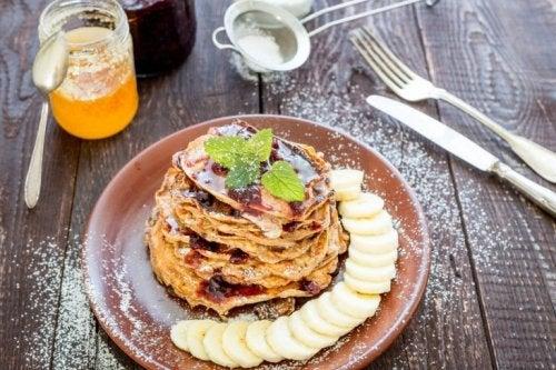 dieses Frühstück ist lecker: Pfannkuchen mit Bananen